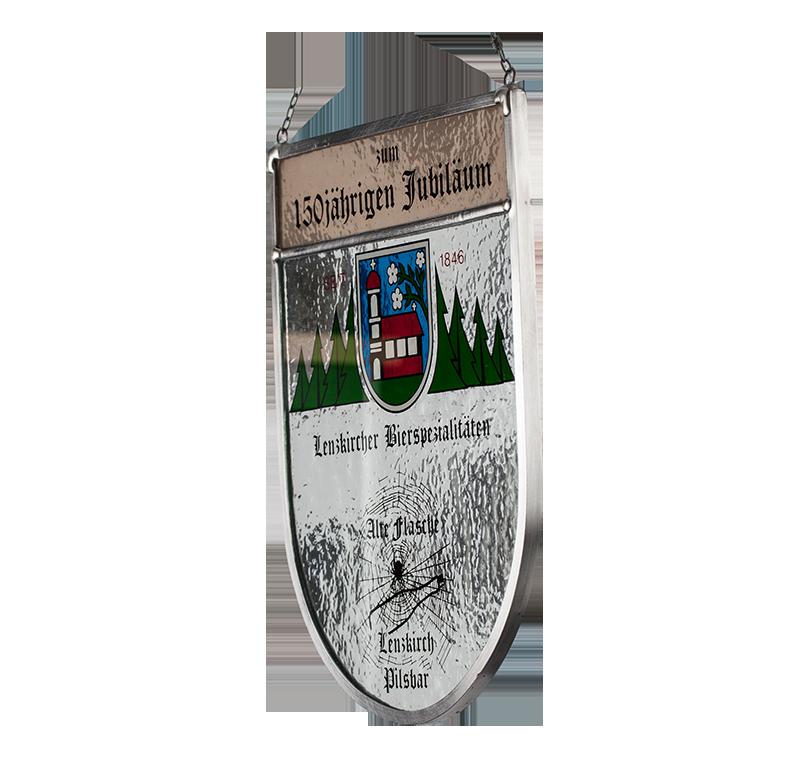 Sonderanfertigung: Seitliche Aufnahme des Glaswappens zum 150 jährigen Jubiläum der Lenzkircher Bierspezialitäten