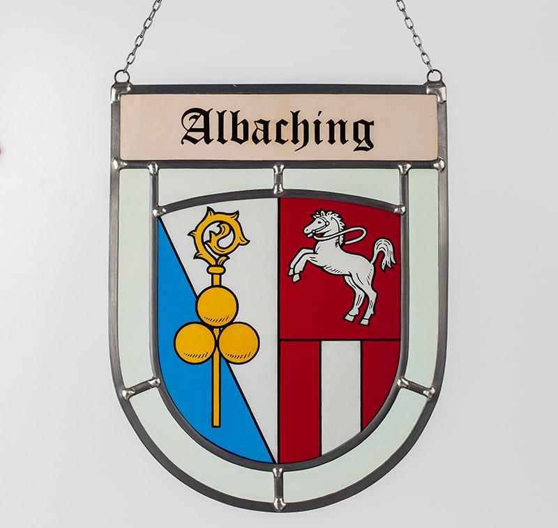 Gemeindewappen – Seitliche Aufnahme des Glaswappens für die Gemeinde Albaching